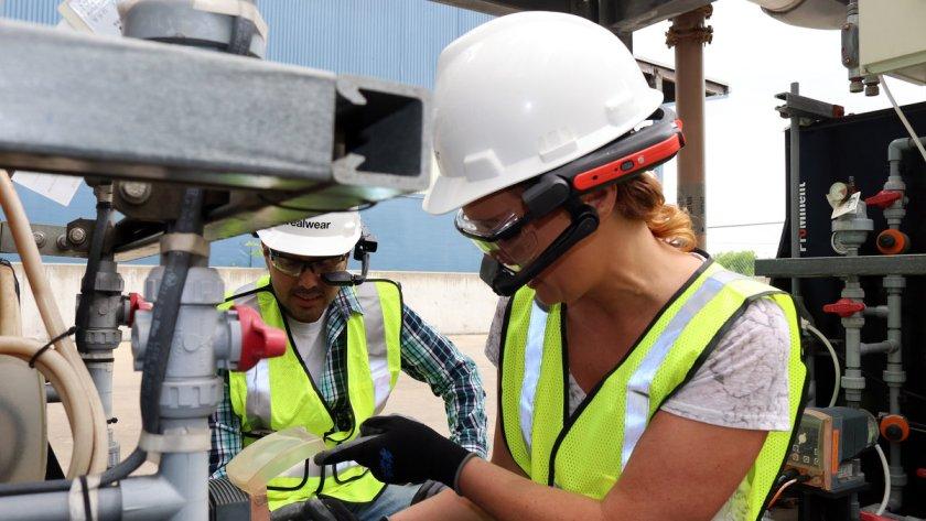 worker-with-RealWear-Intrinsicially-Safe-HMT-1Z1-